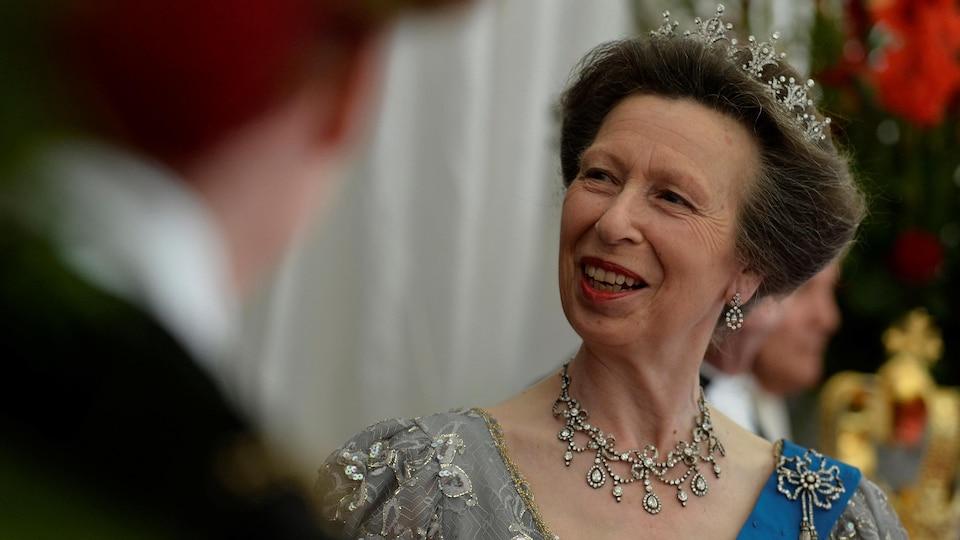 La princesse Anne assiste à un bal.