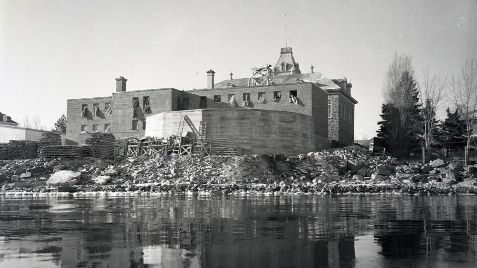 Une photo de 1952 de l'agrandissement de la prison de Roberval.