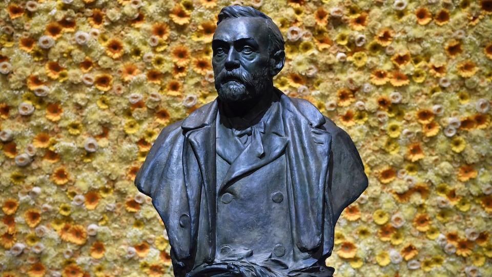 Un buste d'Alfred Nobel.