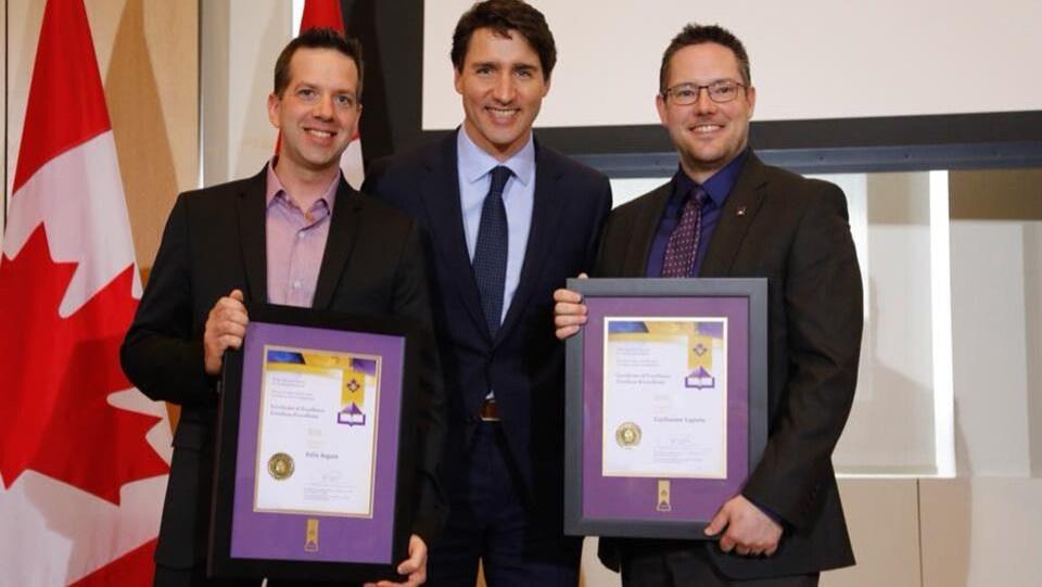 Félix Arguin et Guillaume Laporte ont reçu ce prix des mains de Justin Trudeau lors d'une cérémonie à Ottawa.