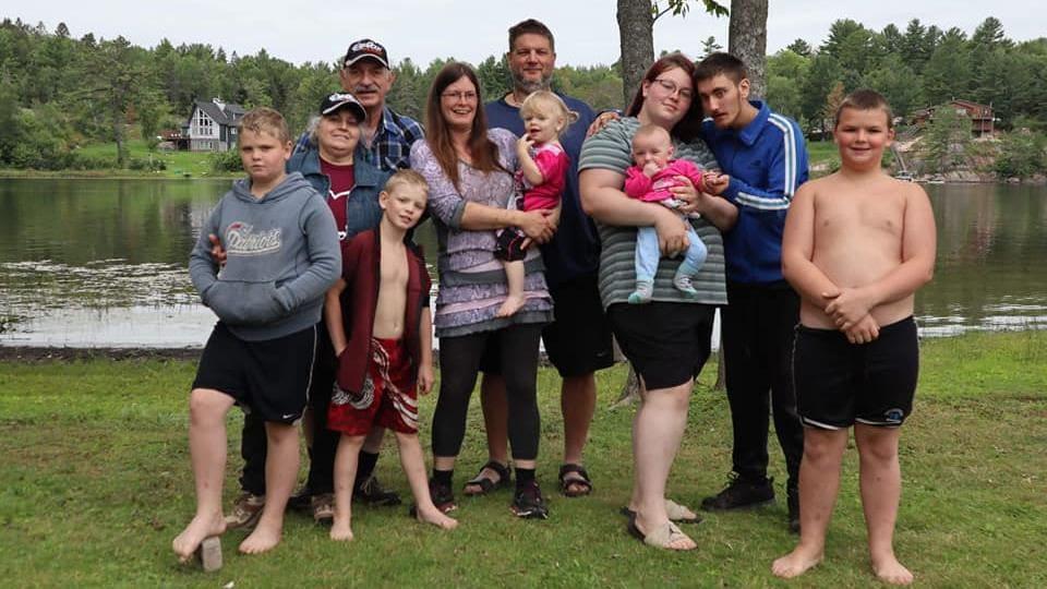 Melinda Hervieux entourée de sa famille.
