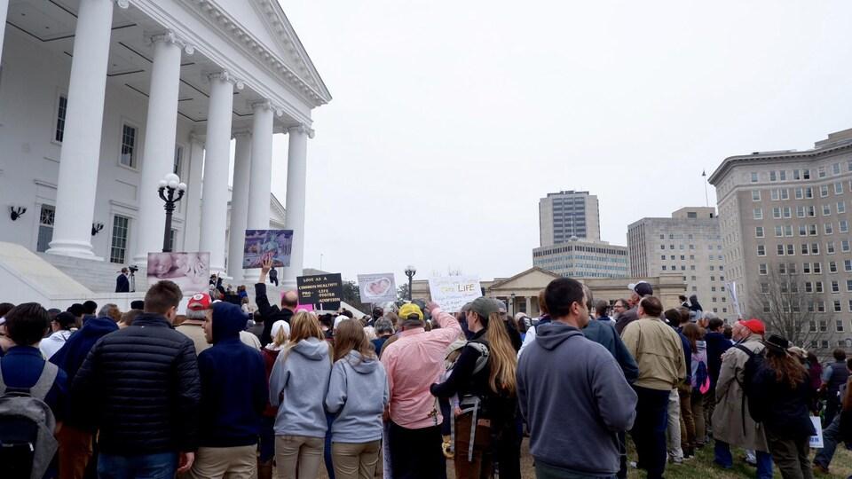 Des manifestants pro-vie devant le capitole d'État, à Richmond en Virginie.