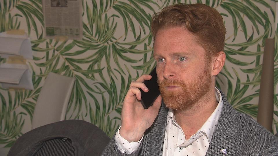 Un candidat aux élections fédérales au téléphone avec une électrice.