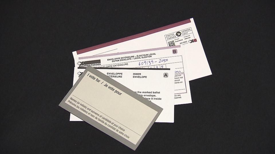 Quatre documents étalés en éventail présentés sur un fond noir.