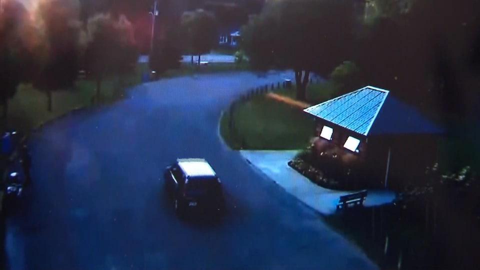 La voiture se dirige vers la sortie de la halte routière.