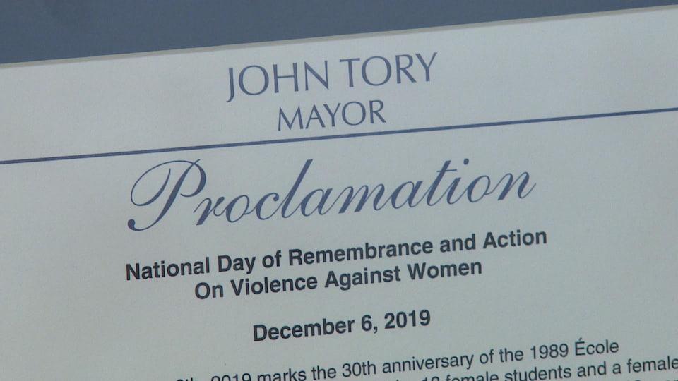 Gros plan sur la proclamation, un document officiel encadré.