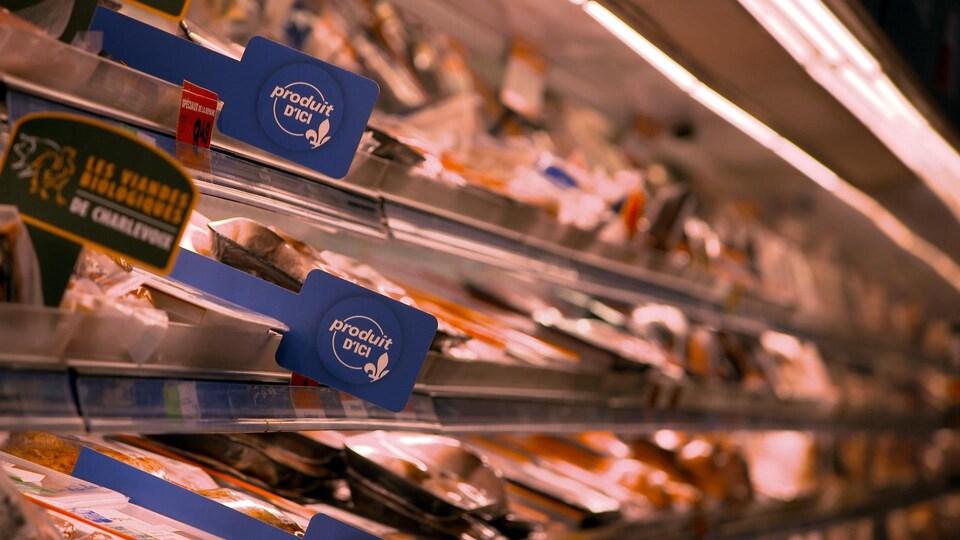 des comptoirs d'épicerie biens garnis