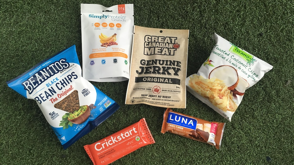 Plusieurs sachets de nourriture dont des croustilles d'haricots noirs et des barres protéinées.