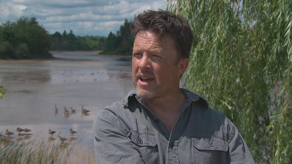 Gaétan Moreau devant un étang.
