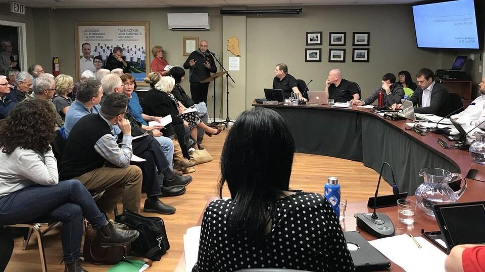 Des résidents prennent la parole lors du conseil municipal de Beaubassin-Est, mardi soir. L'idée d'accorder un délai supplémentaire au promoteur du projet de camping est loin de faire l'unanimité.