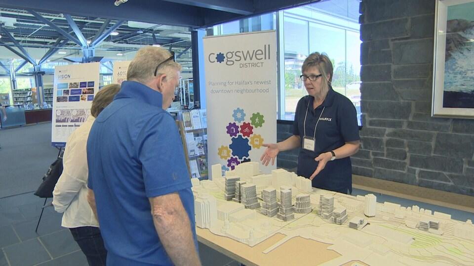 Une maquette du district Cogswell est présentée au public le 14 septembre à la bibliothèque Keshen Goodman, à Halifax.
