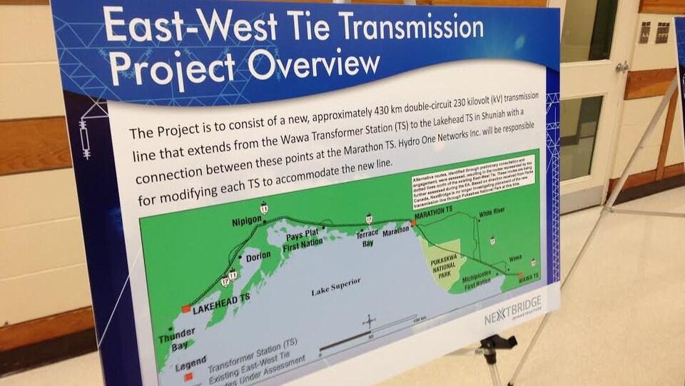 Un affiche sur un trépied montrant une carte de la rive nord du Lac supérieur.