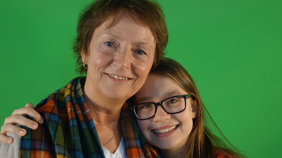 Une adolescente Sandrine Nobert enlace sa mère Caroline Pageau.