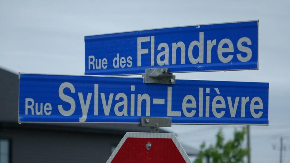 Une signalisation indique l'intersection de la rue des Flandres et de la rue Sylvain-Lelièvre.