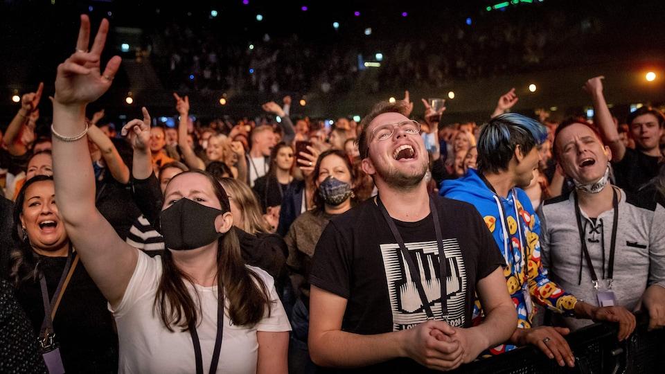 Une foule dans une salle de concert à Amsterdam.
