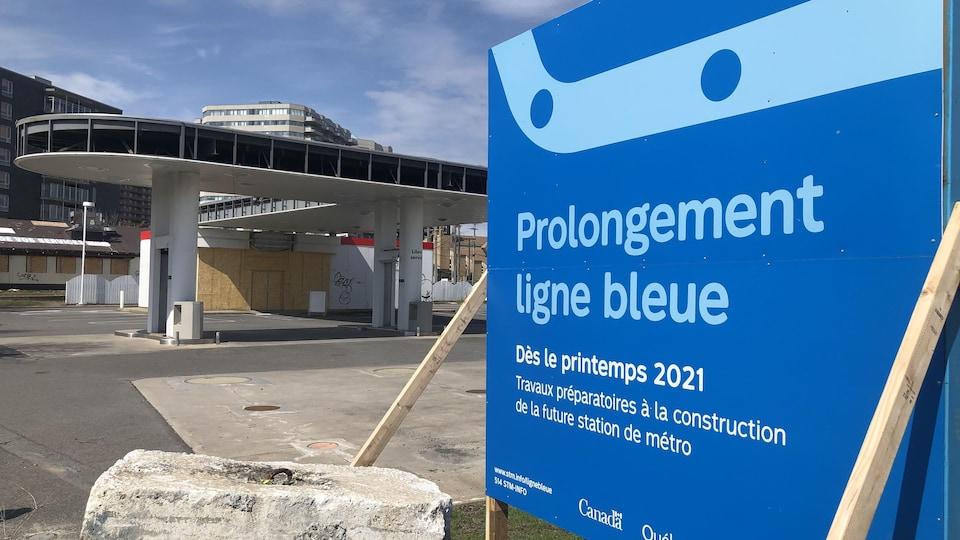 Un panneau annonçant « des travaux préparatoires à la future station de métro [...] dès le printemps 2021 » dans le cadre du projet « Prolongement ligne bleue ».