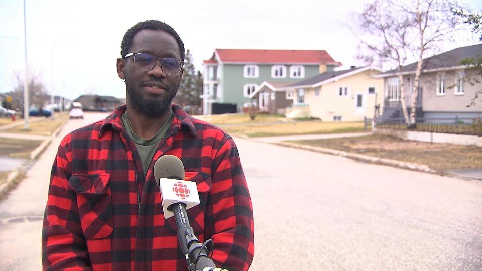 Christoph Boucar Diouf en entrevue sur une rue à Sept-Îles.