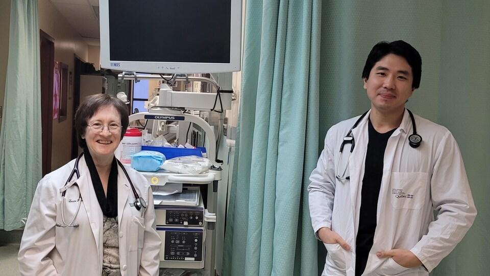 Deux médecins souriant à la caméra.