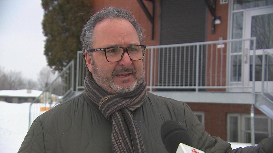 Le psychologue Louis Legault répond aux questions d'un journaliste de Radio-Canada.