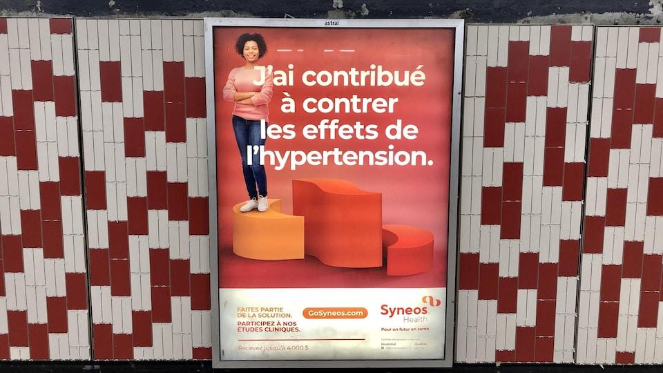 Une affiche sur laquelle on peut lire : « J'ai contribué à contrer les effets de l'hypertension » et « Faites partie de la solution. Participez à nos études cliniques. Recevez jusqu'à 4000 $. Syneos Health : Pour un futur en santé. »