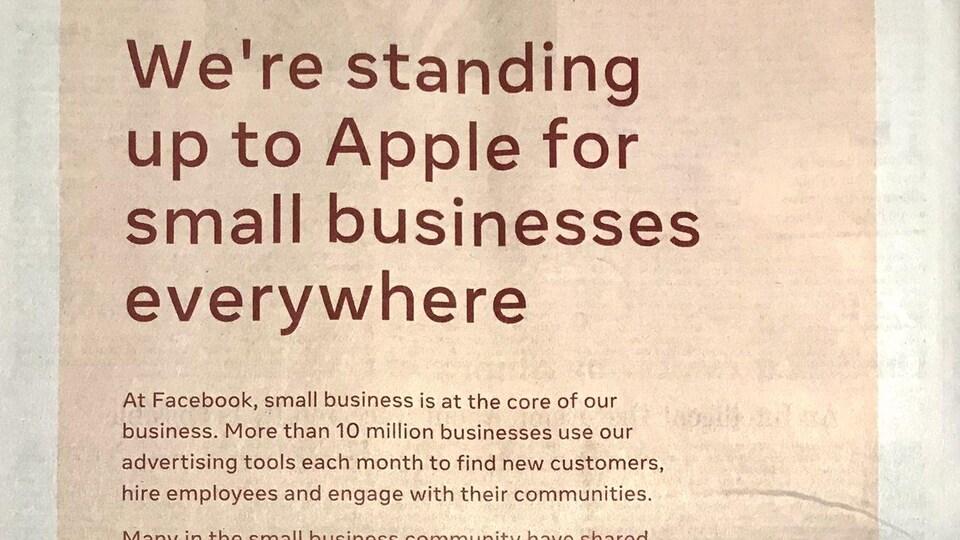 Une publicité pleine page dans un journal, montrant en titre le texte « We're standing up to Apple for small businesses everywhere ».