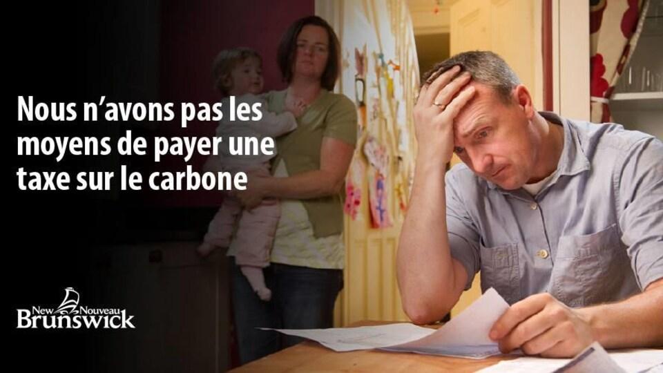 Une annonce du gouvernement du Nouveau-Brunswick avec le message «Nous n'avons pas les moyens de payer une taxe sur le carbone».