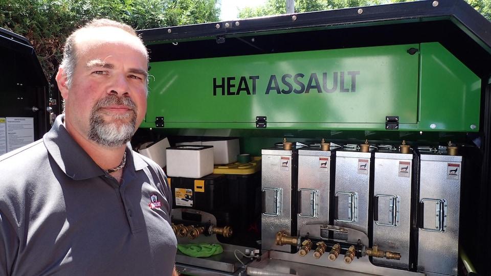 Le propriétaire de l'entreprise Solution Cimex, Martin Beaudry, dit être le seul au Québec à disposer de la plus récente technologie en matière de lutte contre les punaises de lit. L'appareil chauffe rapidement l'appartement infesté à 58 Celsius ce qui tue la vermine.