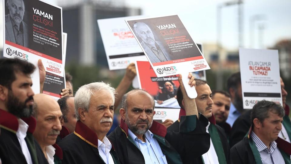Des avocats manifestent devant la cour d'Istanbul.