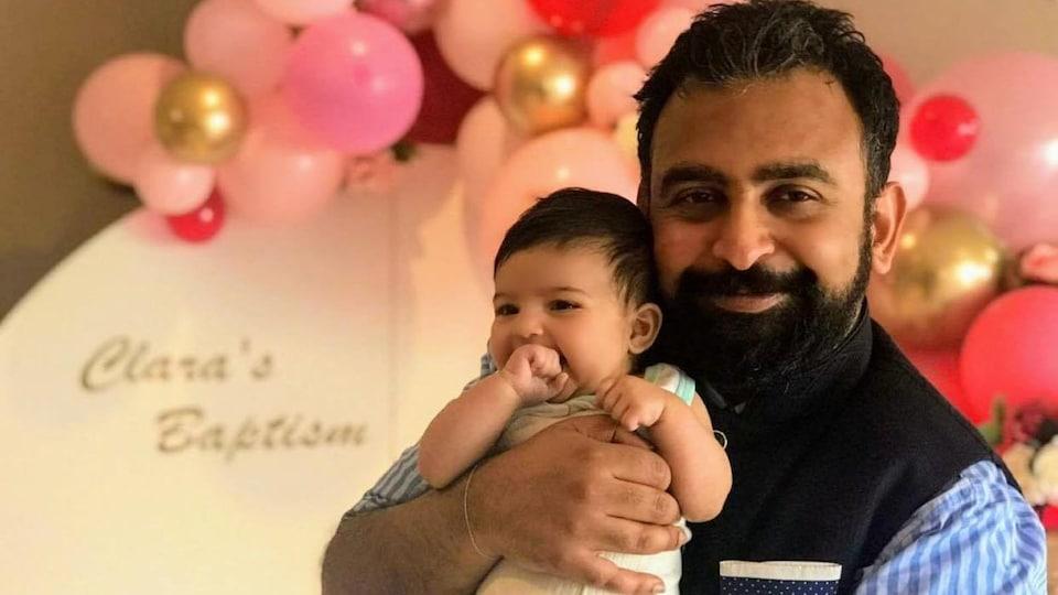 Jitarth Jadeja tient son bébé dans ses bras.