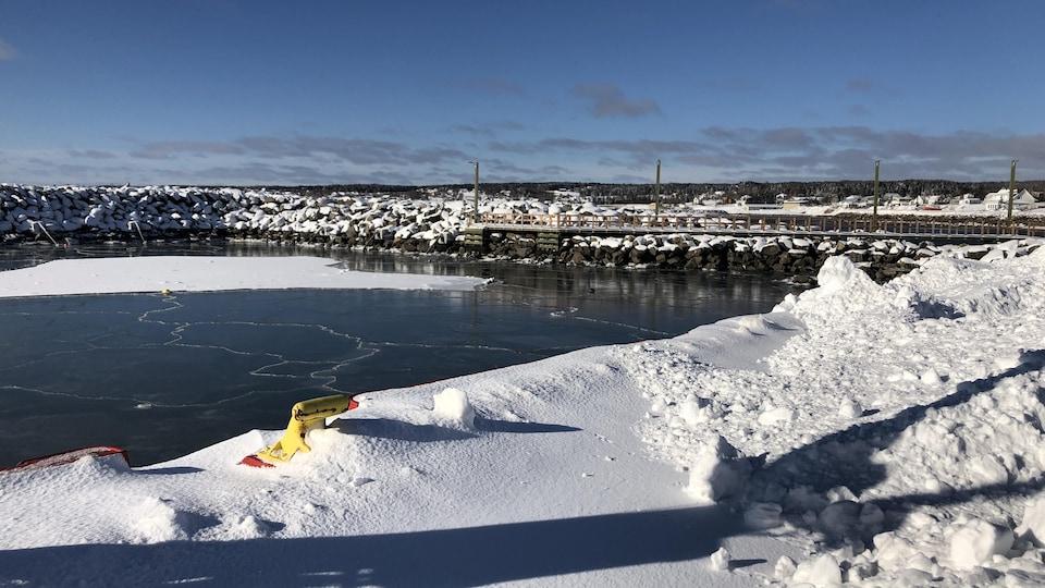 Le quai de Grande-Rivière sous la neige de janvier.