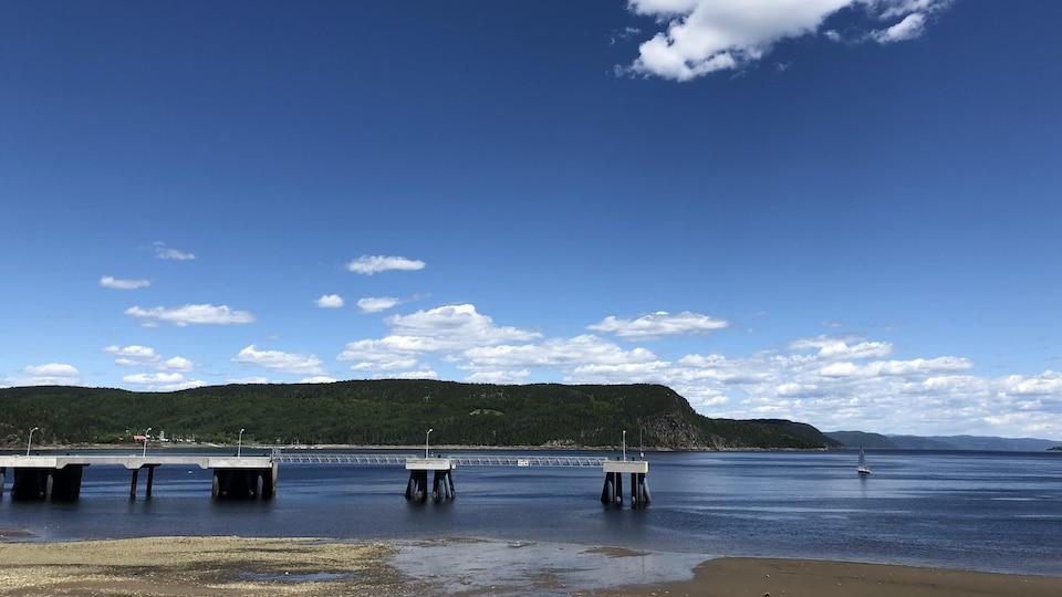 Le quai qui accueille habituellement des bateaux de croisières à La Baie est complètement vide.