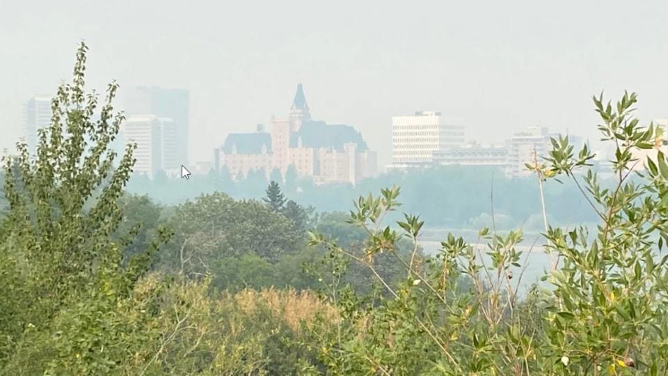 Le centre-ville de Saskatoon sous la fumée.