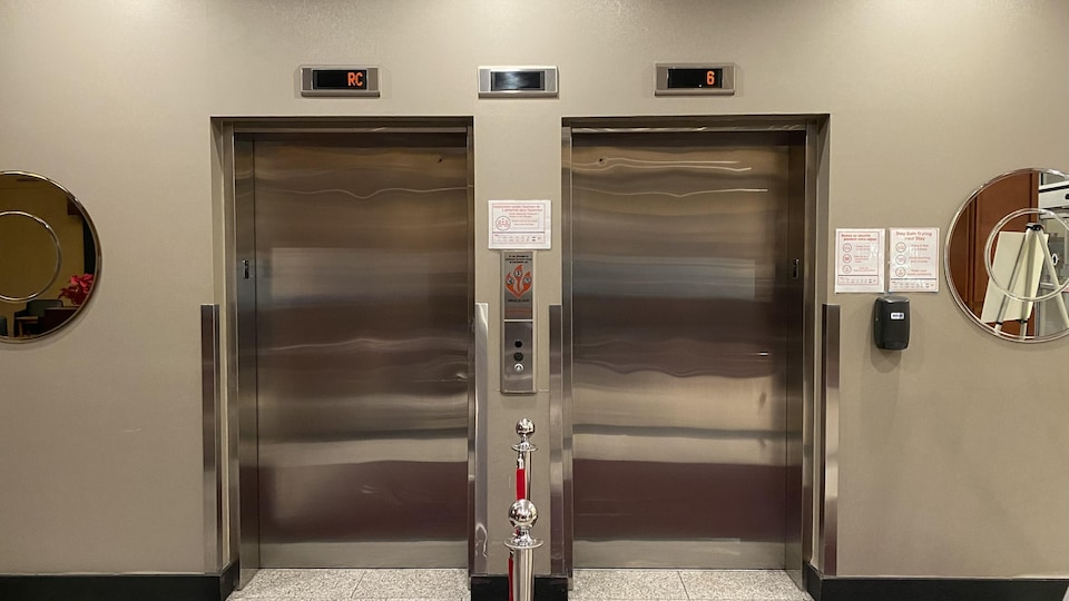 Deux portes d'ascenseur