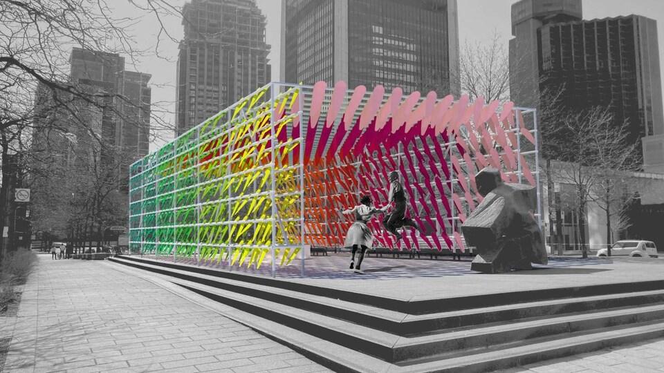 Deux personnes déambulent au centre-ville de Montréal près d'une installation artistique.