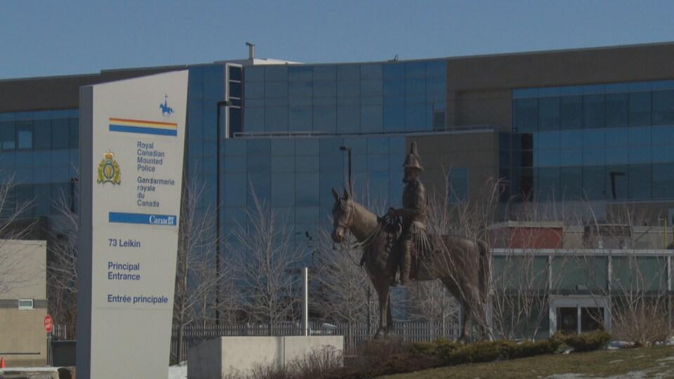 Une statue en bronze d'un cavalier devant le quartier général de la GRC.