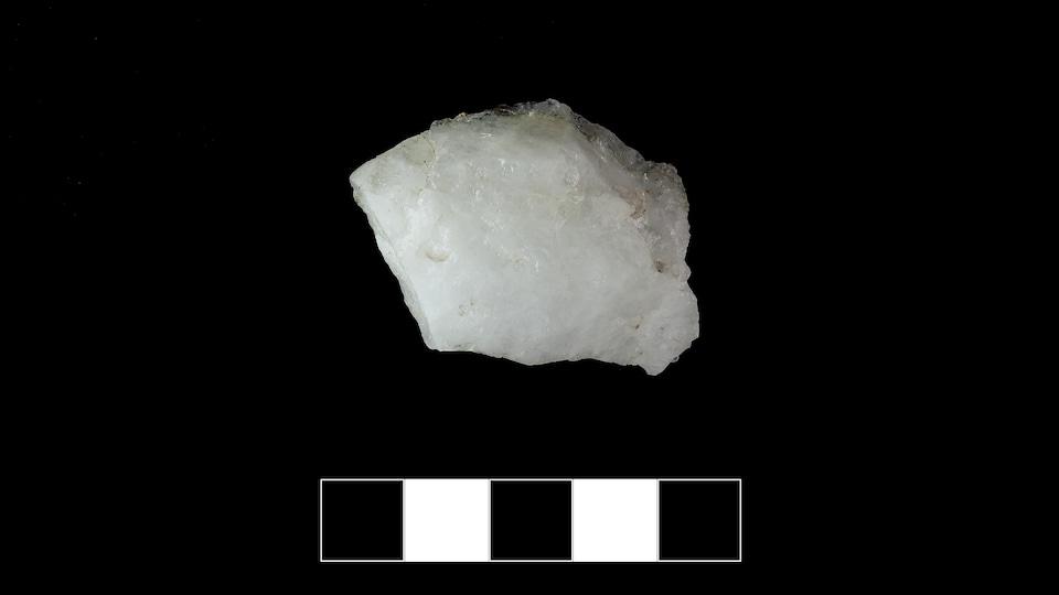 Outil amérindien en quartz ayant pu servir à gratter des matières comme l'os ou le bois. Trouvé sur le territoire ancestral de la Première Nation des Innus d'Essipit, en Haute-Côte-Nord.