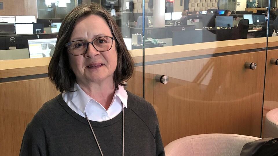 Une femme en entrevue dans les locaux de Radio-Canada.