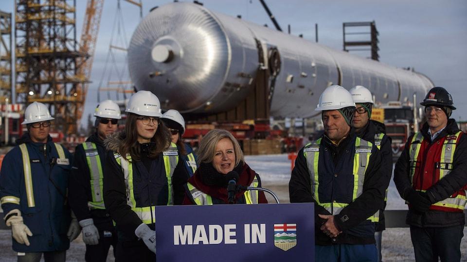 La première ministre sortante Rachel Notley entourée de travailleurs du secteur pétrolier.