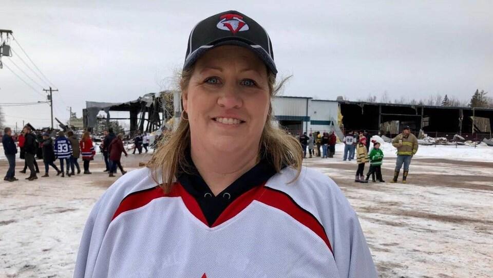 Rachel Noye en chandail de hockey.