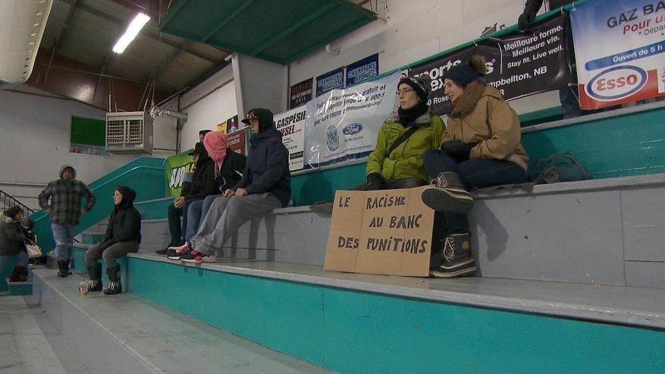 Des spectateurs assistent à un match amical qui vise à dénoncer le racisme dans les arénas.