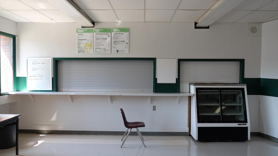 Une chaise seule au milieu d'une salle vide.