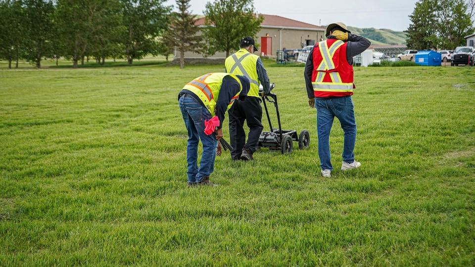 Des membres de la Première Nation de Cowessess effectuent une fouille radar sur le site de l'ancien pensionnat pour Autochtones de Marieval, en Saskatchewan.