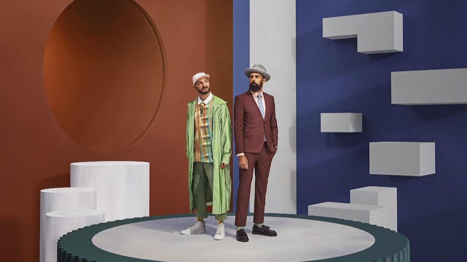 Les deux artistes sur une scène.