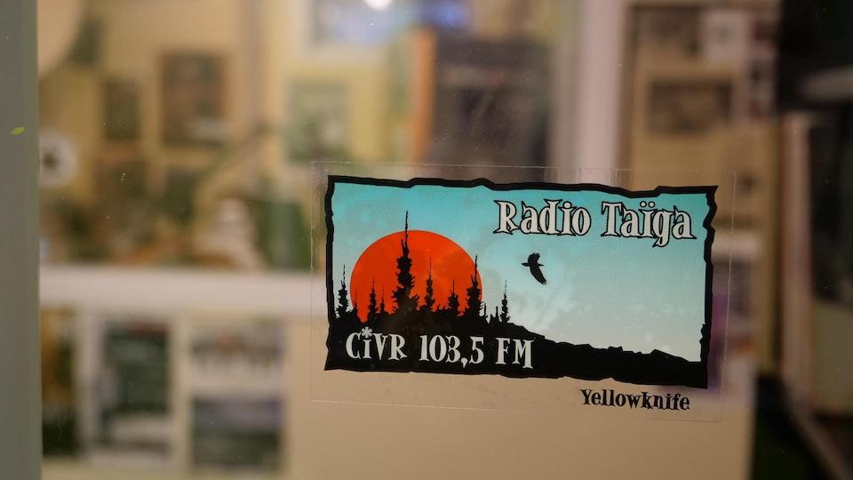 Un autocollant dans les studios de Radio Taïga.