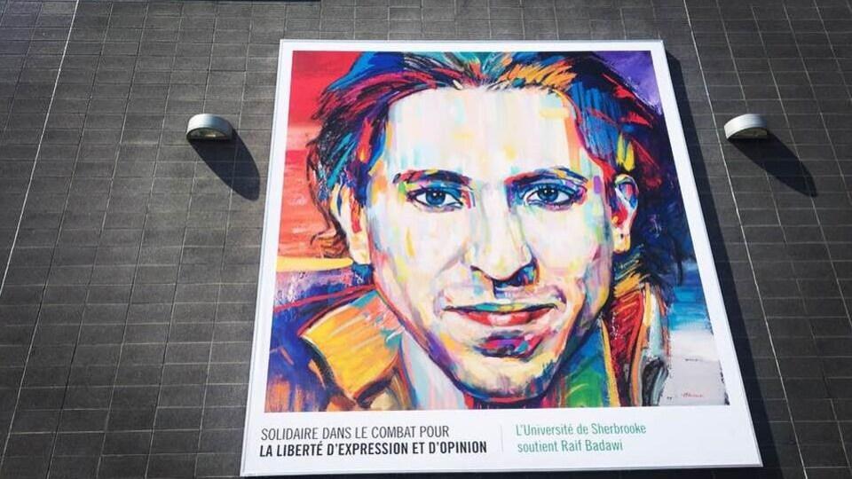 Une murale représentant le visage du blogueur saoudien Raïf Badawi.
