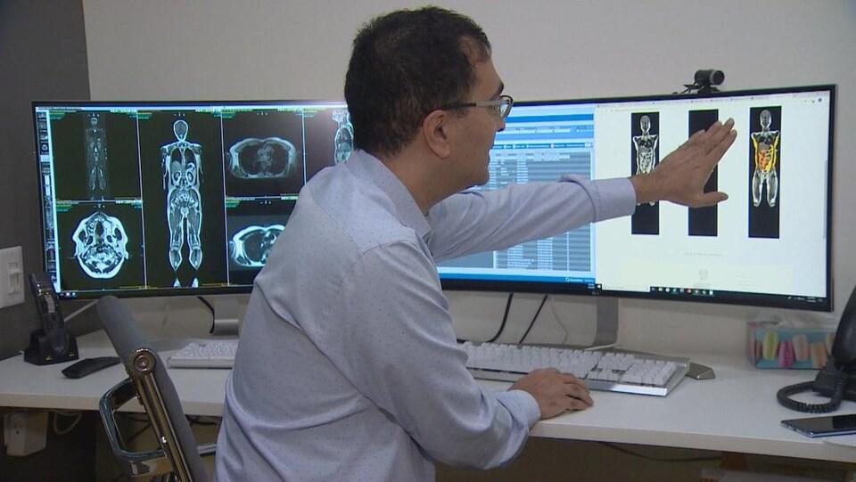 Le Dr Raj Attariwala regarde un écran d'ordinateur.
