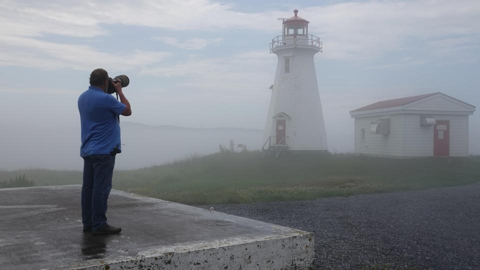 Ralph Eldridge photographie un phare plus loin dans la brume.
