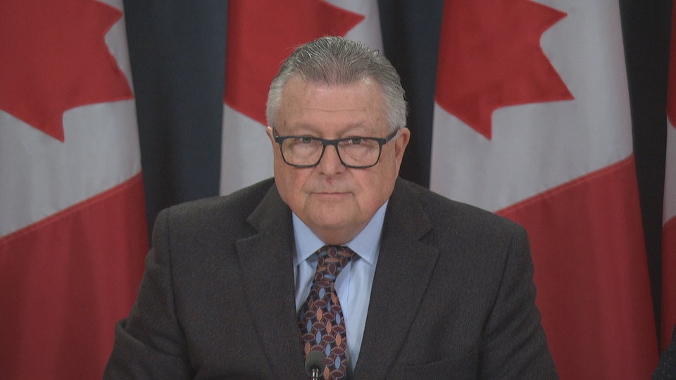 Le ministre de la Sécurité publique Ralph Goodale en conférence de presse à Ottawa l