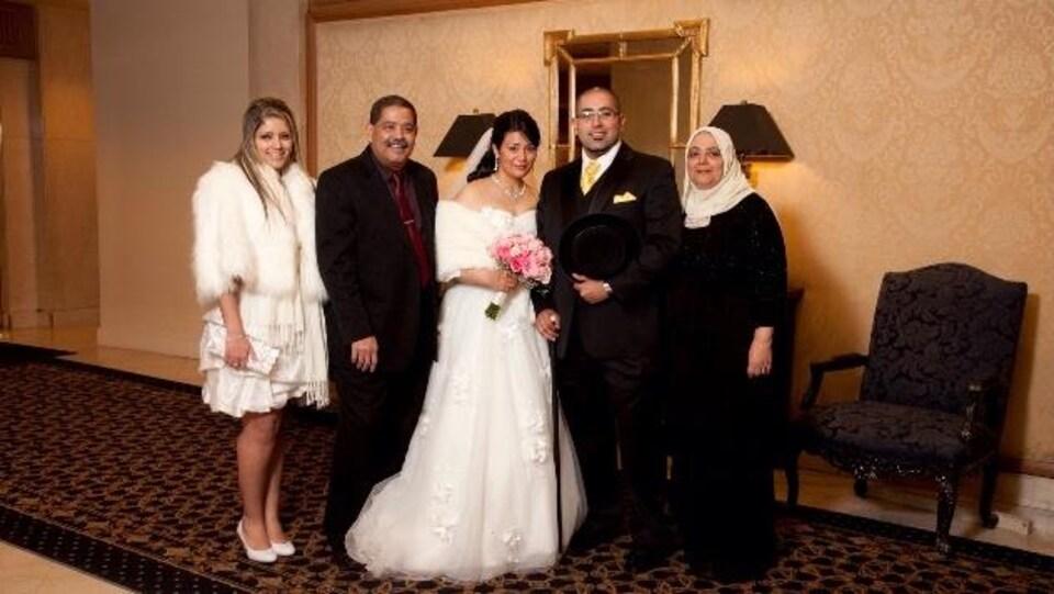 Photo d'une famille à un mariage.