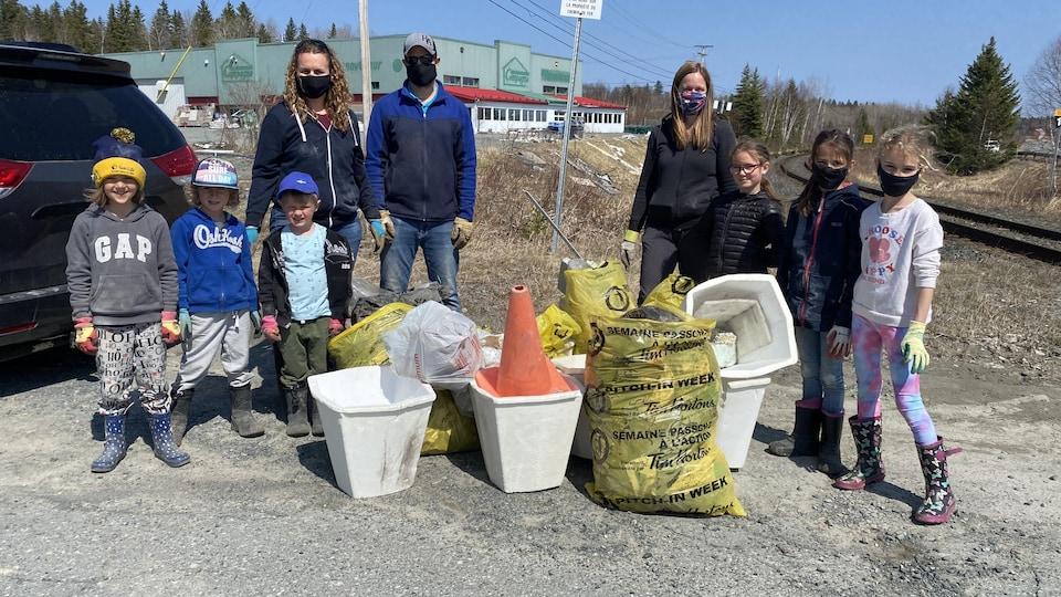 Plusieurs personnes impliquées dans la campagne de ramassage de déchets à Rouyn-Noranda